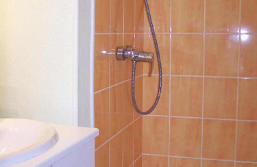 Capvern location appartement villa mary T1BIS N°1B Salle d'eau avec douche