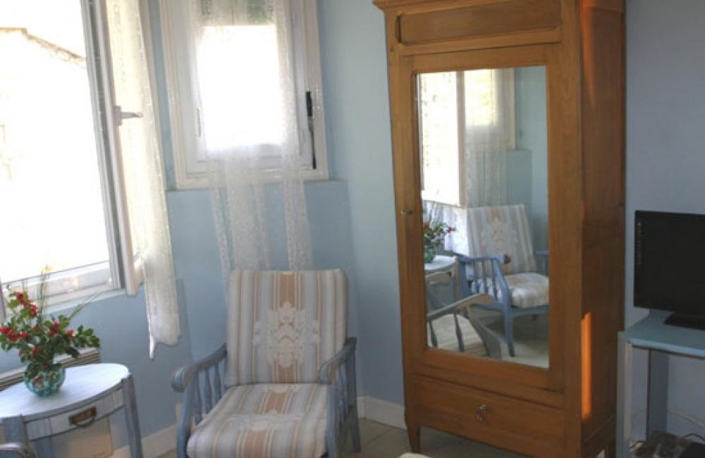 Chambre lumineuse avec fauteuil