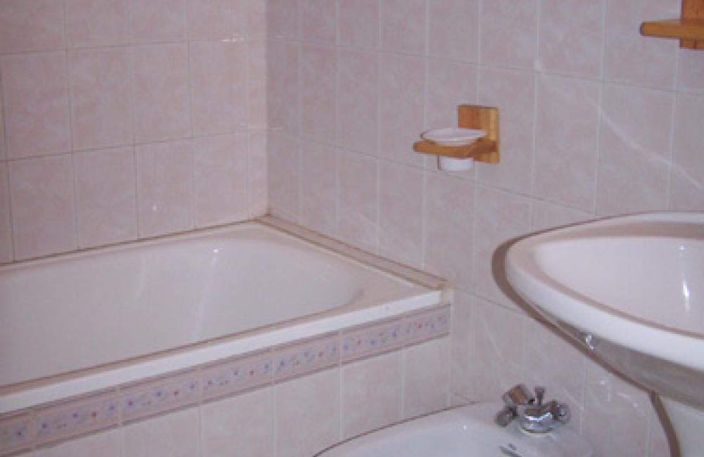 Capvern location appartement villa mary T2 N°7 Salle de bain avec baignoire
